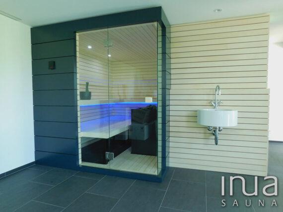 INUA_skræddersyet_finsk_sauna_med_INUA_træ_paneler_Maur_Schweiz_1