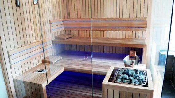 INUA_skræddersyet_indendørs_sauna_af_rødt_cedetræ_Amden_Schweiz_1